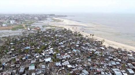 Beiran kaupungin liepeillä sijaitsevassa Praia Novan asujaimistossa tuho oli lähes täydellinen sykloni Idain jäljiltä. Kuva on otettu maanantaina lennokilla.