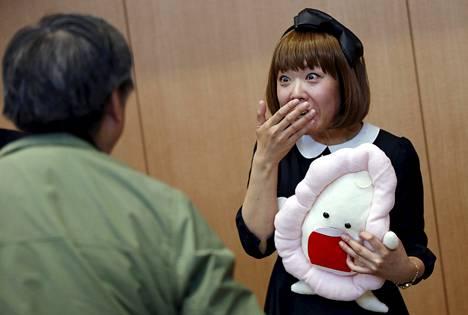 """Vaginataideteostaan pitelevä Megumi Igarashi poseerasi valokuvaajalle oikeusistunnon jälkeen huhtikuussa. """"Törmään koko ajan paljon omaa taidettani rajumpaan mangaan"""", hän sanoo."""