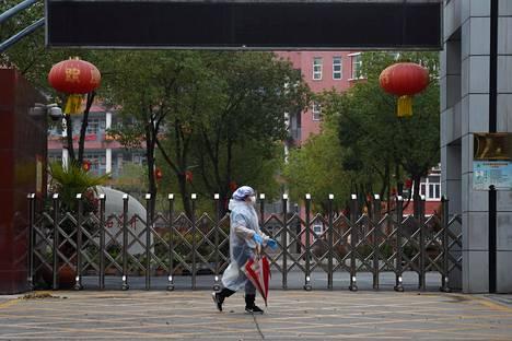 Suojavarusteisiin pukeutunut kaupunkilainen liikkui Wuhanissa 9. maaliskuuta.