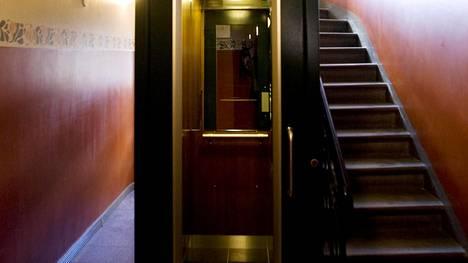 Vanhaan taloon rakennettu hissi Helsingin Ullanlinnassa.