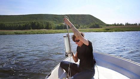 HS:n toimittaja Heli Saavalainen kävi ottamassa vesinäytteitä Puolassa Gdanskin lähellä sijaitsevan jätekipsivuoren edustalla kesäkuussa 2013. Näytteet otoittivat, että kipsivuoresta valuu rehevöittävää fosforia Itämereen kasvillisuudesta huolimatta.