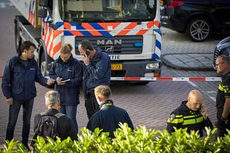 Poliisi tutki keskiviikkona Amsterdamissa paikkaa, jossa Derk Wiersum ammuttiin.
