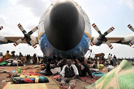 Pakolaiset odottivat evakuointia hylätyn lentokoneen alla Banguin lentokentällä Keski-Afrikan tasavallassa.