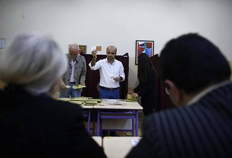 Äänestysvirkailijat laskevat ääniä äänestyspaikalla. Ulkopuolisten tarkkailijoiden mukaan kansanäänestyskampanja ei ollut tasapuolinen.