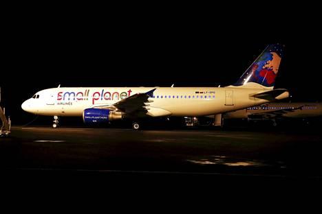 Small Planet Airin matkustajalentokone Pirkkalan lentokentällä tiistaina 25. lokakuuta.
