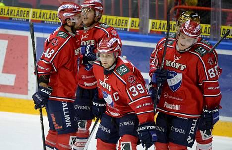 HIFK:n Arttu Luttinen (39) sai juhlamaalistaan onnittelut joukkuetovereiltaan.