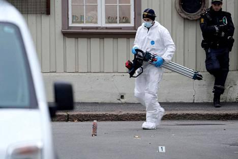 Poliisi jatkoi tutkimuksia Kongsbergissa torstaiaamuna.