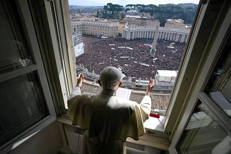 Paavi Benedictus XVI pitää viimeistä sunnuntaisiunaustaan Vatikaanin parvekkeelta. Hän luopuu virastaan helmikuun viimeisenä päivänä.