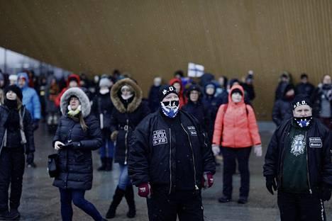 Mielenosoittajia keskustakirjasto Oodin edustalla Kansalaistorilla lauantaina.