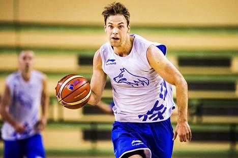 Petteri Koponen kuvattuna Suomen koripallomaajoukkueen harjoituksissa 4. syyskuuta 2015.