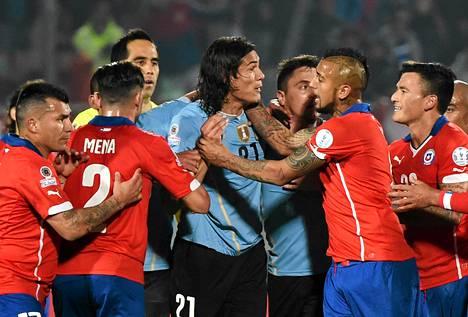 Tunteet kuohuivat taas Copa Americassa. Käsirysyssä Uruguayn Edinson Cavani ja Chilen Arturo Vidal.