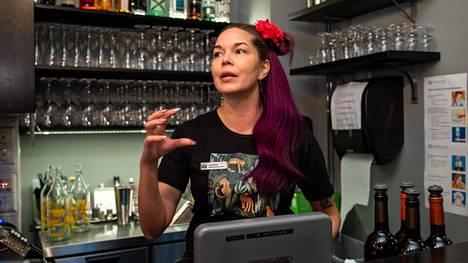 HOK-Elanto on välttynyt lomautuksilta, koska pystyy siirtämään ravintoloiden työntekijöitä kaupan puolelle. Tapas Barcelonan liikeideapäällikkö Kaarina Hylkinen on ollut keväällä kaupassa töissä ja siirtyy jälleen korvaaviin tehtäviiin Olarin Prismaan.