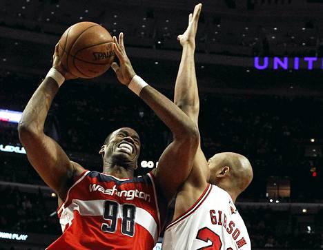 Washington Wizardsia loppukauden edustanut Jason Collins (68) yritti punnertaa Chicago Bullsin korille kolme viikkoa sitten pelatussa ottelussa.