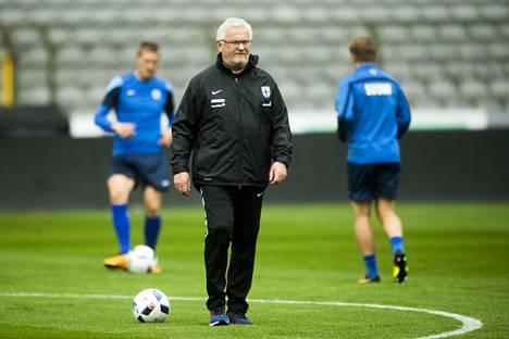 Hans Backen valmentama Suomi saa vastaansa maailman huippujoukkueen.