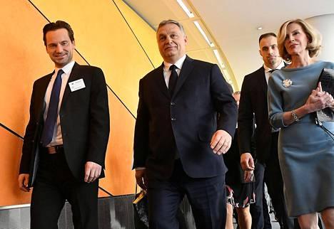 Unkarin pääministeri Viktor Orbán (keskellä) saapui EPP:n kokoukseen Brysselissä keskiviikkona.