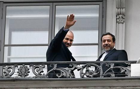 Iranin ulkoministeri Javad Zarif (vas.) and Iranin pääneuvottelija ydinvoima-asioista Abbas Araghchi tervehtivät lehdistöä Coburgin linnan parvekkeelta Vienissä launtaina.