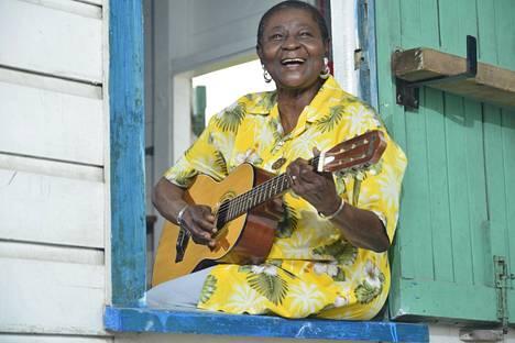 Trinidadtobagolainen Calypso Rose esiintyy Huvila-teltassa.