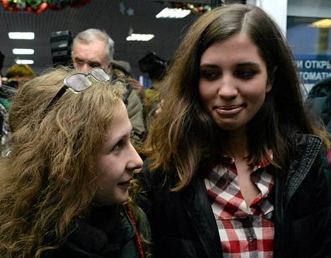 Maria Aljohina (vas.) ja Nadežda Tolokonnikova tapasivat toisensa jouluaattona.