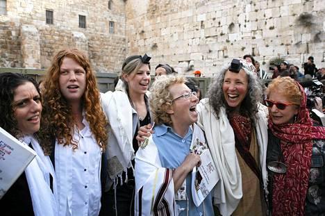 Poliisit ovat kuulustelleet juutalaisnaisia, jotka ovat käyttäneet tupsuilla koristeltuja Tallit-shaaleja, joita saavat käyttää vain miehet.