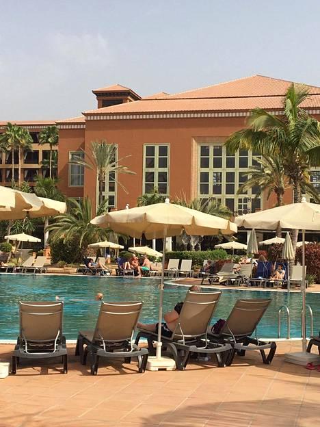 Karanteenissa olevan hotellin asukkaita uima-altaalla tiistaina.