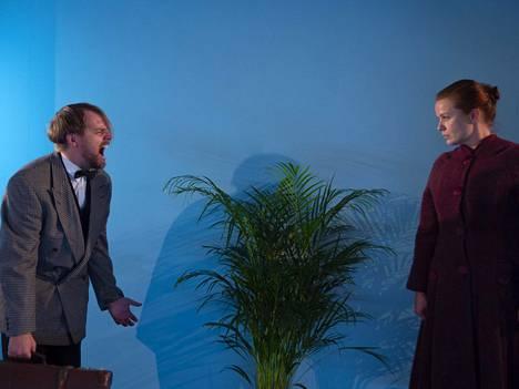 Kultaisessa vasikassa näyttelevät muun muassa Joonas Kääriäinen (Alvar) ja Ella Mustajärvi (Eedit).