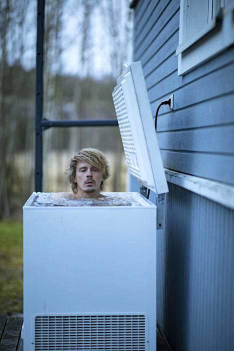 Matikainen vaihtaa arkun veden kahden viikon välein. Pistorasian pääkytkin on poissa päältä aina, kun Matikainen käy kylvyssä.