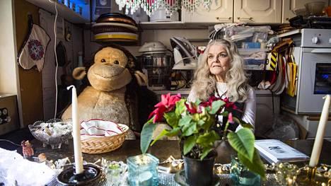 """Käthe Loreley Tahtin keittiön pöydän ääressä istuu metrin korkuinen apinapehmolelu, ja asunnossa riittää muutenkin ihmeteltävää. """"Tämä talo oli se piste. Täältä ei lähdetty minnekään. Äiti asui täällä kuolemaansa asti, kuten mummokin"""", Taht kertoo kotitalostaan."""