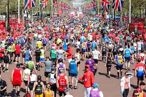 Lontoon maratonille osallistui kymmeniä tuhansia juoksijoita.