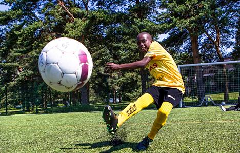 Tansanialainen Humfrey Lamberti harjoitteli joukkueensa FC Viton kanssa Laajasalossa Helsinki Cupia varten.