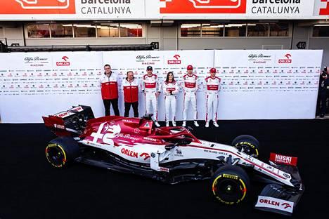 Alfa Romeon kisatiimiä, Kimi Räikkönen, Antonio Giovinazzi, Robert Kubica ja Tatiana Calderon talvitestien aikaan helmikuussa Barcelonassa.