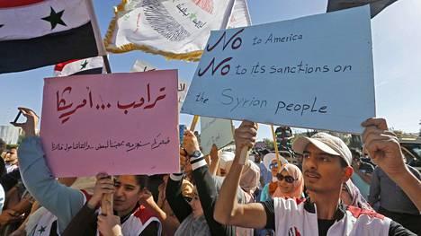 Ihmiset vastustivat Yhdysvaltain asettamia talouspakotteita Damaskoksessa torstaina 11. kesäkuuta.