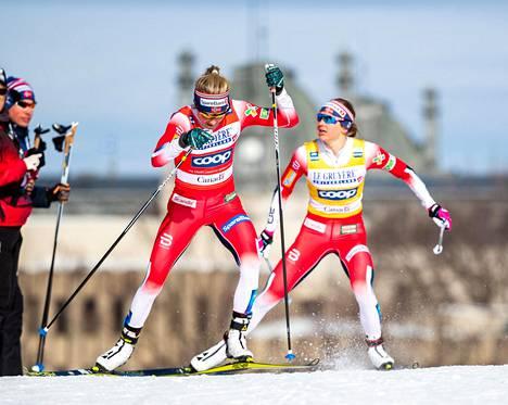 Therese Johaug (vas.) kiri ohi Ingvild Flugstad Østbergin viime sunnuntaina hiihdetyssä maailmancupin viimeisessä kilpailussa.