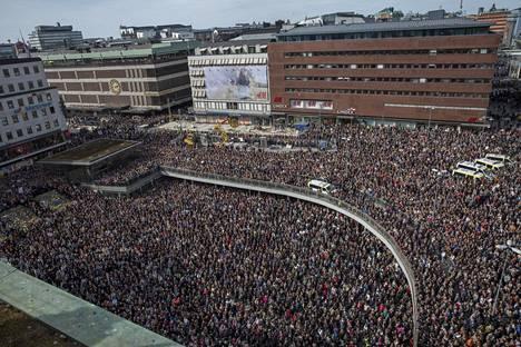 Tukholmalaiset kokoontuivat sunnuntaina Sergelin torille, perjantaisen terrori-iskun tapahtumapaikalle, kunnioittamaan iskun uhreja ja osoittamaan mieltä rakkauden ja yhtenäisyyden puolesta.