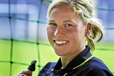 Kirsi Heikkinen on mukana viheltämässä Lontoon olympialaisten naisten jalkapalloturnauksessa.