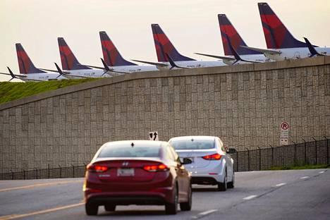 Delta Air Linesin matkustajakoneita rivissä Yhdysvaltojen Atlantassa Hartsfield-Jacksonin kansainvälisellä kentällä 21. maaliskuuta.
