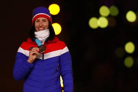Marit Bjorgen juhli Pyeongchangissa 30 kilometrin olympiakultaa.