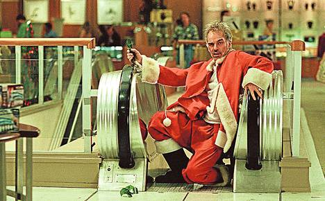 Willie (Billy Bob Thornton) tienaa viinarahoja tavaratalopukkina.