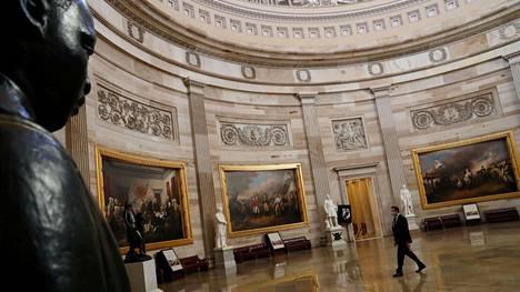 Ihminen kävelee Yhdysvaltain kongressin Capitol-rakennuksen hiljaisen Rotunda-salin poikki 28. joulukuuta 2020.