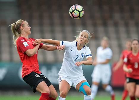 Suomen Adelina Engman taisteli pallosta naisten MM-karsinnan ottelussa Itävaltaa vastaan.