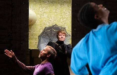 Alman roolissa on Suvi Eloranta ja tanssijoina muiden muassa Samuli Roininen ja Esete Sutinen. Kuva harjoituksista.