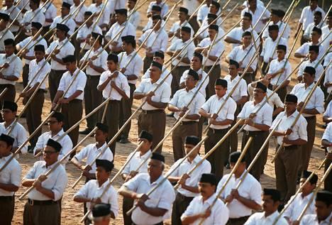 RSS-hindujärjestön vapaaehtoiset osallistuivat marssille Ahmedabadin kaupungissa Gujaratin osavaltiossa Intiassa lokakuussa 2018.