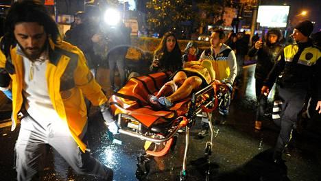 Loukkaantuneita kuljetettiin yöllä ambulanssiin.