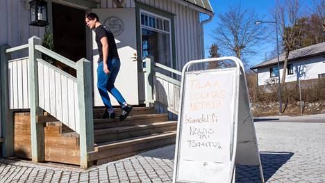 Kauklahdessa sijaitseva ravintola Brunnsdal ryhtyi toimittamaan ruokaa lähialueelle. Joel Vauhkosen opinnot Turussa keskeytyivät koronaviruksen vuoksi, ja nyt hän auttaa isäänsä ravintolassa.