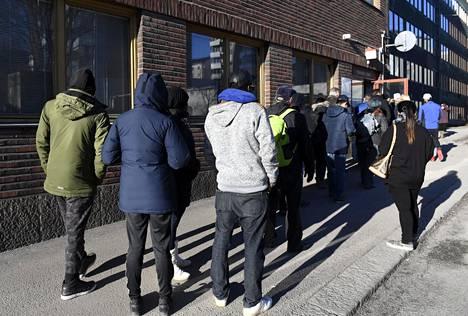 Maahanmuuttoviraston palvelupisteen edustalla jonotettiin Helsingissä maaliskuussa 2017. Monien lupa-asioiden käsittelyssä on ollut myös kuvainnollisesti jonoa, ja nyt prosesseja halutaan nopeuttaa tekniikan avulla.