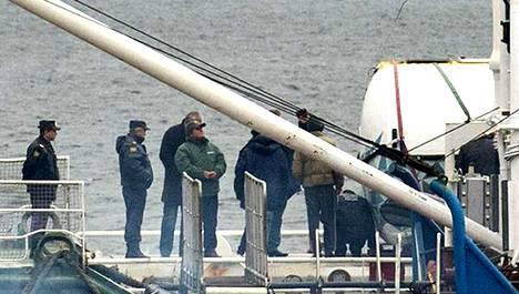Arctic Sunrisen kapteeni Peter Willcox (vihreässä takissa) seurasi venäläispoliisien tutkimuksia aluksen kannella keskiviikkona.
