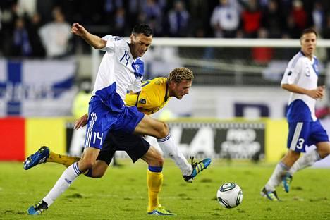 Ola Toivonen pelasi Ruotsin paidassa myös Suomea vastaan. Kuvassa Toivonen ja Huuhkajien Tim Sparv taistelevat pallosta lokakuussa 2011 pelatussa EM-karsintaottelussa.
