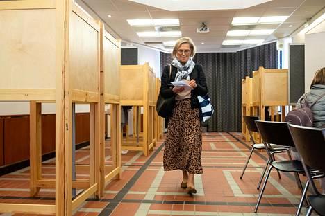 Kaarina Autio antoi äänensä ennakkoon Postitalossa Helsingissä. Helsingin vaalipiirissä äänestettiin innokkaimmin Suomessa – äänioikeuttaan käytti 55,7 prosenttia.