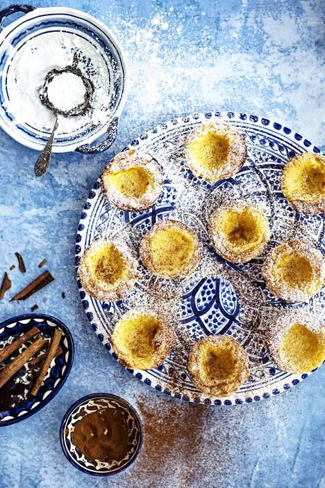 Pastéis de nata -leivosten päälle tuprautetaan tomusokeria ja kanelia.