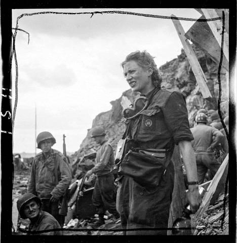 Lee Miller oli yksi tärkeimmistä valokuvaajista toisessa maailmansodassa. Kuvassa Miller Saint-Malossa Ranskassa vuonna 1944.