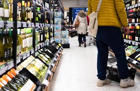 Tuoreen kyselyn mukaan alkoholinkäyttö on vähentynyt kaikissa ikäryhmissä, eniten nuorilla aikuisilla.